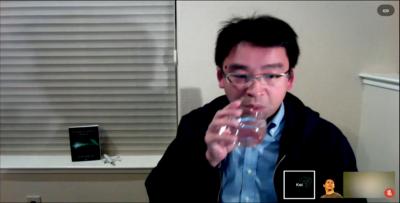 水を飲む河合さん